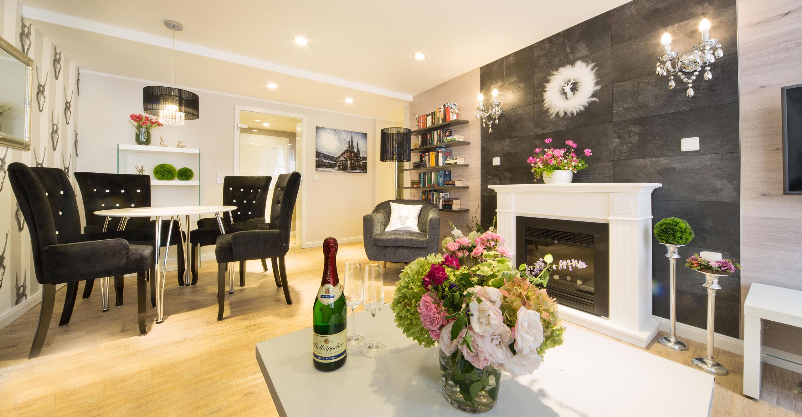 Perfekt Luxus Kamin ~ Schöne blonde frau nahe dem kamin in einem luxus interieur
